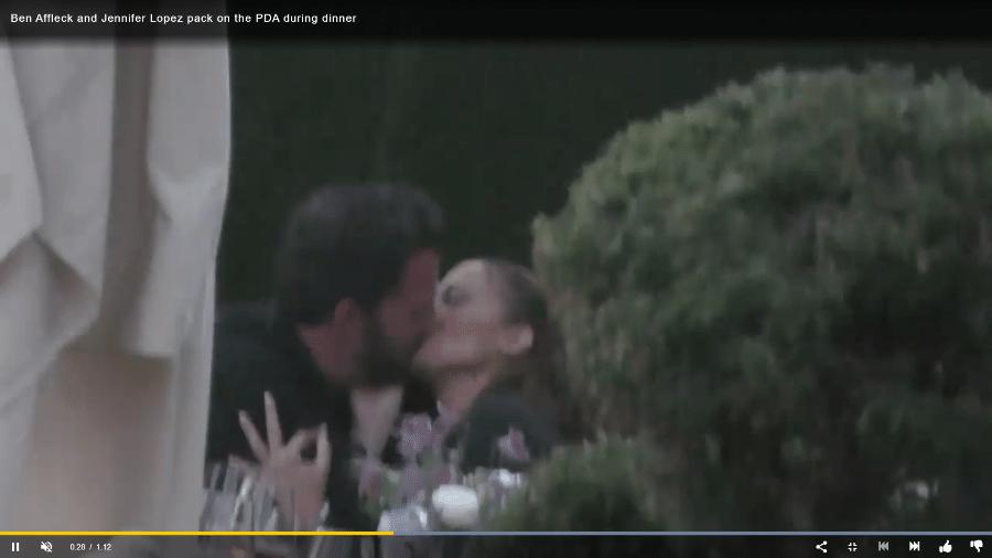 Jennifer Lopez e Ben Affleck são flagrados dando beijos em jantar - Reprodução/Page Six
