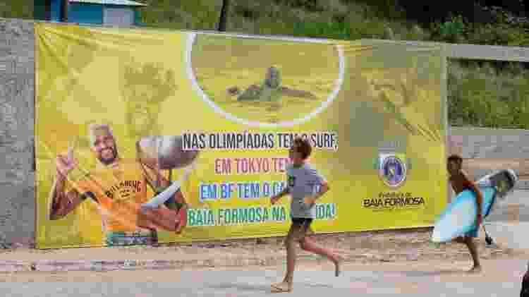 Cartaz em Baía Formosa homenageia Italo Ferreira, surfista local - Cristiano Sarmento - Cristiano Sarmento