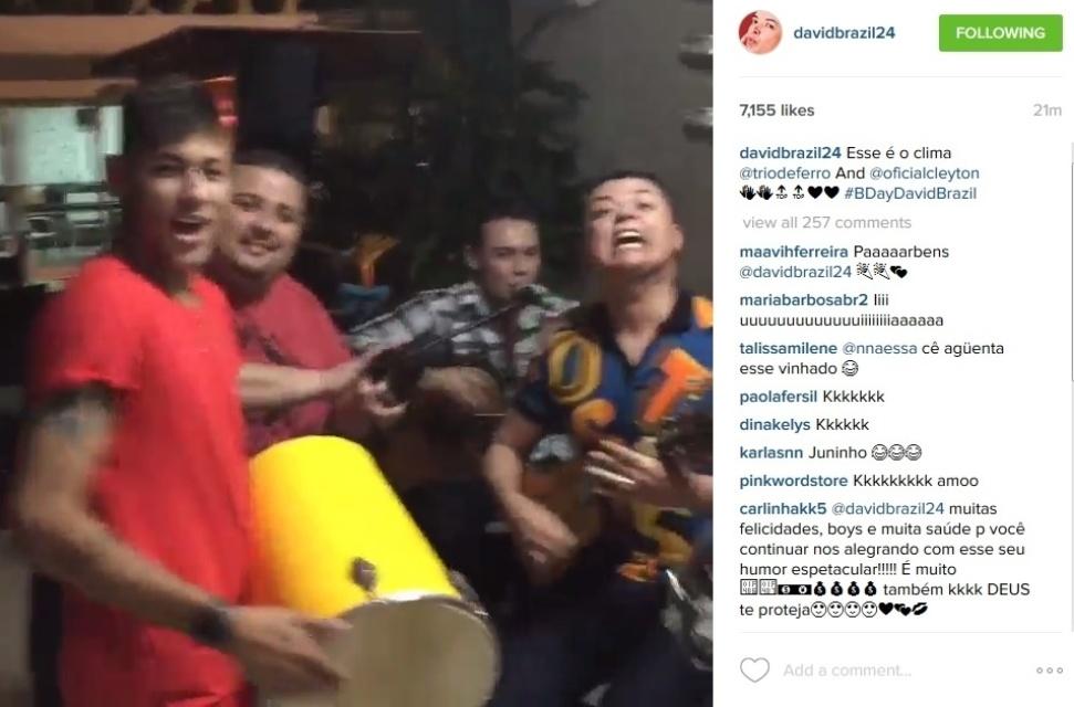 25.jul.2015 - Neymar toca pagode durante o aniversário de David Brazil em festa organizada pelo atacante do Barcelona em sua casa no Guarujá, litoral de São Paulo