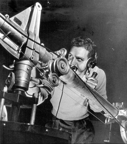 Profissional da TV Tupi opera o microfone boom no início das transmissões televisivas, na década de 50