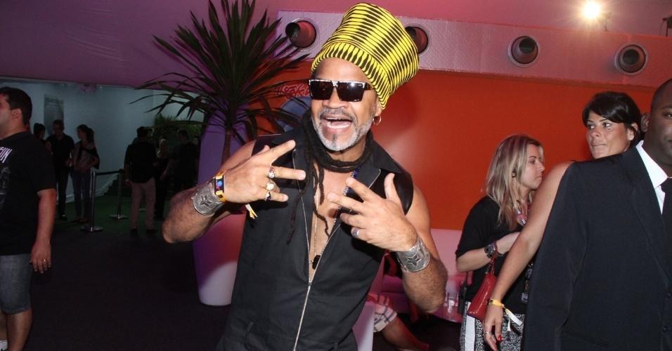 18.set.2015 - Carlinhos Brown chegou fazendo festa