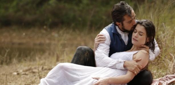 """Felipe (Rafael Cardoso) salva Lívia (Alinne Moraes) em """"Além do Tempo"""" - Reprodução/GShow/Além do Tempo"""