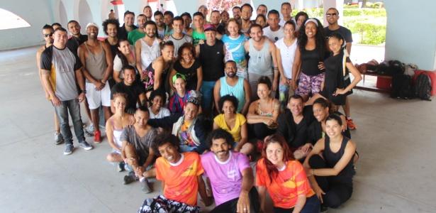 Régis Santos (centro) ao lado de seus assistentes durante os ensaios do Samba Cênico