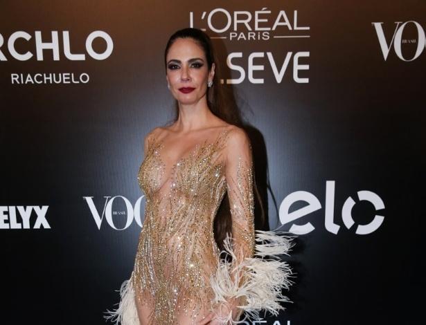 """28.jan.2016 - Luciana Gimenez chega com um look ousadíssimo à edição 2016 do Baile da Vogue, que acontece na noite desta quinta-feira , em São Paulo. """"O povo fala tanto que eu 'tô' muito magra, fiquei estressada e acho que dei uma engordada. Não quero emagrecer, mas quero ficar mais forte"""", explica a apresentadora"""