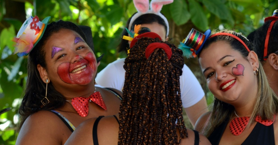 9.fev.2016 - Bloco Carmelitas espalha cores em Santa Teresa no quarto dia de Carnaval carioca