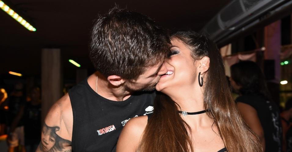 7.fev.2016 - Ex-BBB Jonas Sulzbach aos beijos com Mari Gonzalez no camarote de Salvador