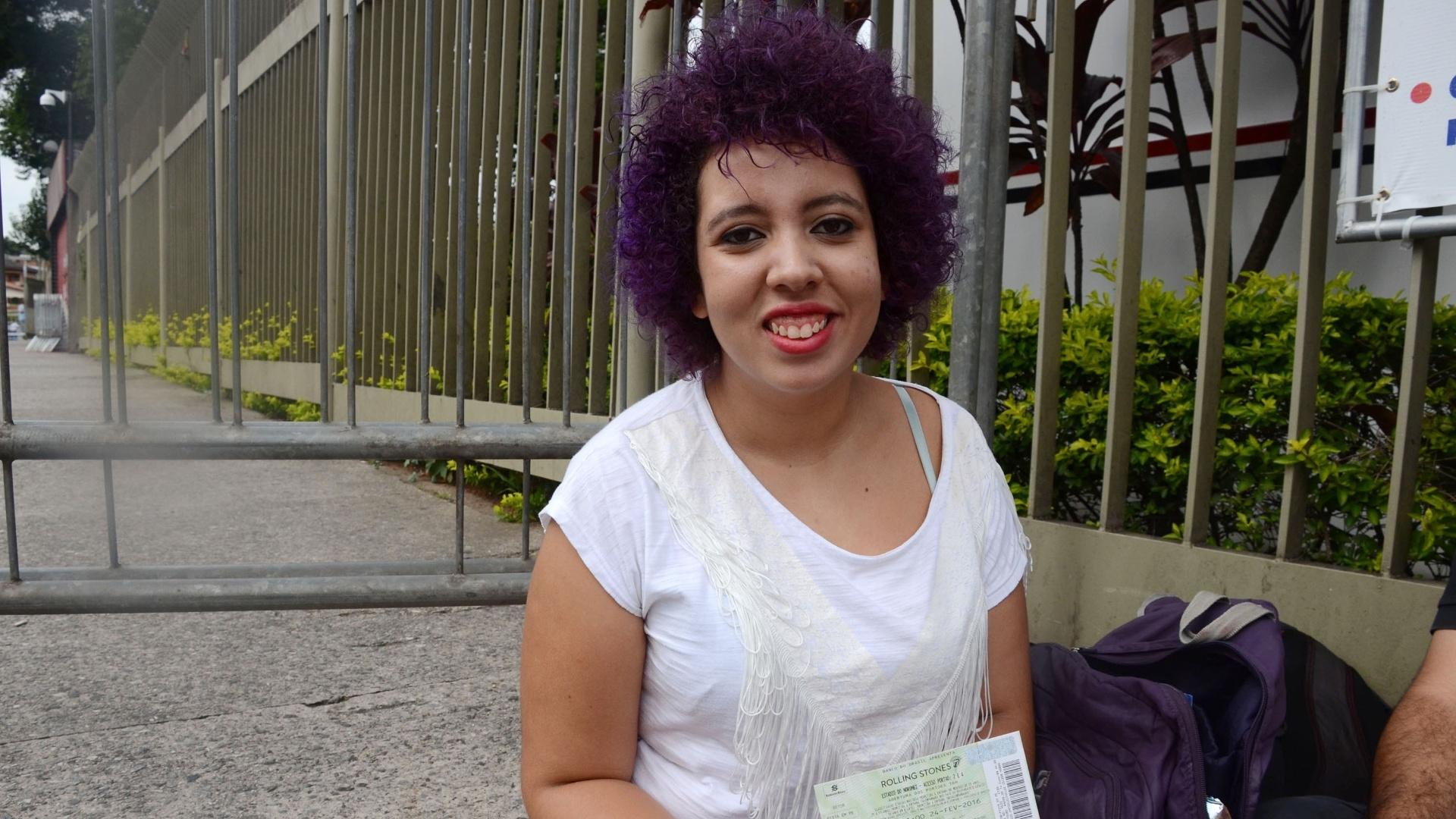 24.fev.2016 - A estudante Adma Ribeiro, 20 anos, uma das primeiras da fila para a pista em frente ao estádio do Morumbi, em São Paulo, aguardando show da banda Rolling Stones.