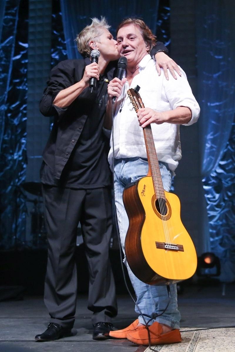 18.mar.2016 - Xuxa beija Fábio Jr. após gravar participação no show do cantor, no Citibank Hall; A pequena peça irá ao ar em seu programa na Record