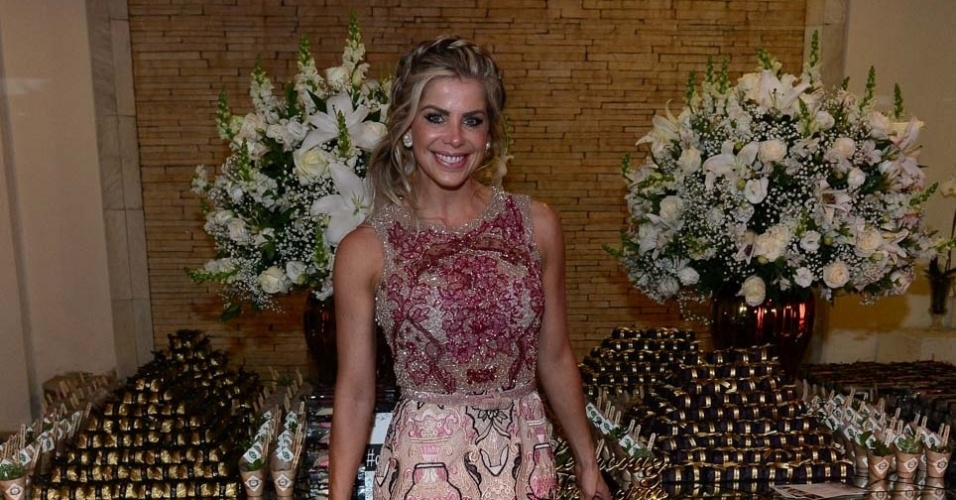 8.jun.2016 - Karina Bacchi posa para fotos no casamento da repórter Léo Áquilla em São Paulo