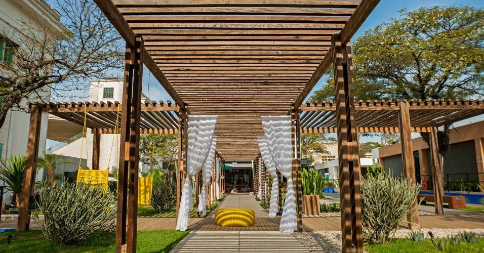 O Jardim do Semiárido foi criado pelo paisagista Marcelo Faisal para a Casa Cor 2015, em São Paulo. No espaço, o destaque vai para o grande pergolado de madeira de demolição que sombreia o caminho na área verde pontuado de espécies que necessitam de pouca água, como cactos e agaves
