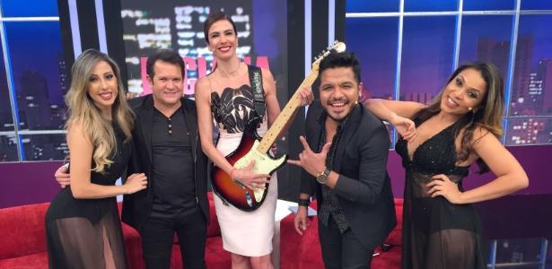 Ximbinha (2º da esq. para dir.) e Luciana Gimenez (centro) com os integrantes da XCalypso  - Divulgação / Rede TV!
