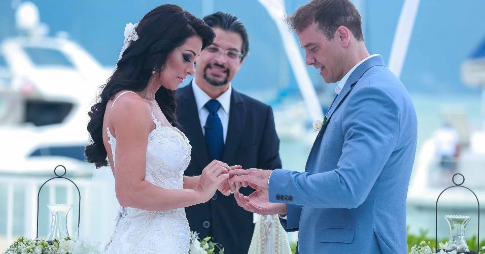 Rogério Padovan e Priscila Ferrari se casam em Ilhabela; noivos trocam alianças