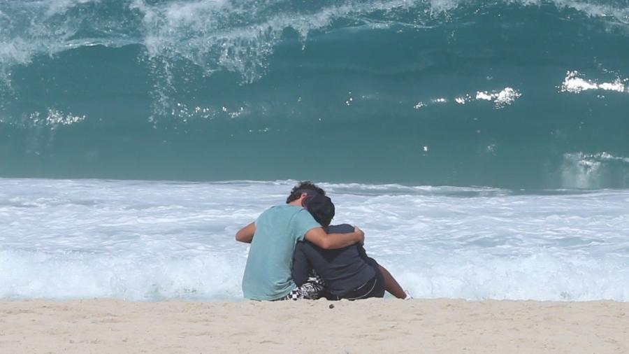 Felipe Dylon e Aparecida Petrowky se beijam na praia - AgNews