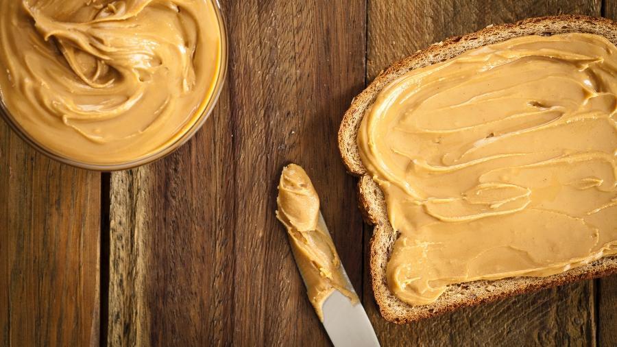 A pasta de amendoim sem açúcar e outros aditivos é uma aliada da saúde - Getty Images