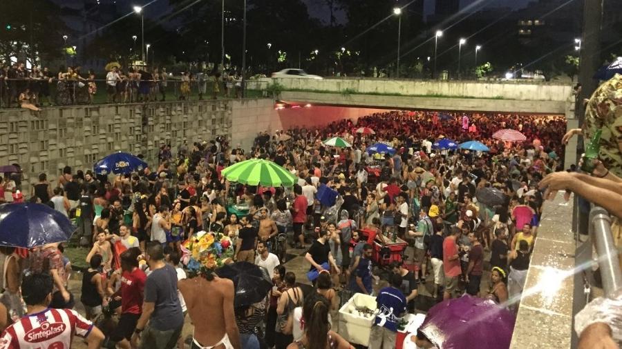 Foliões acompanham cortejo de blocos no início não-oficial do Carnaval do Rio de Janeiro - Giovani Lettiere/UOL