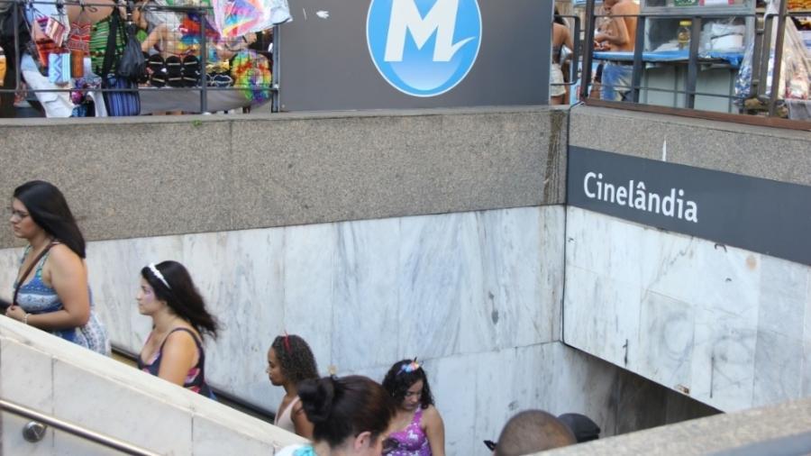 Movimentação no Metrô do Rio, que teve grande número de passageiros e atrasos neste sábado de Carnaval - Fausto Maia/Agência O Dia/Estadão Conteúdo