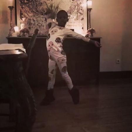 """Uma das filhas de Madonna dança no meio da sala ao som de """"Indecente"""" de Anitta - Reprodução/Instagram/@madonna"""