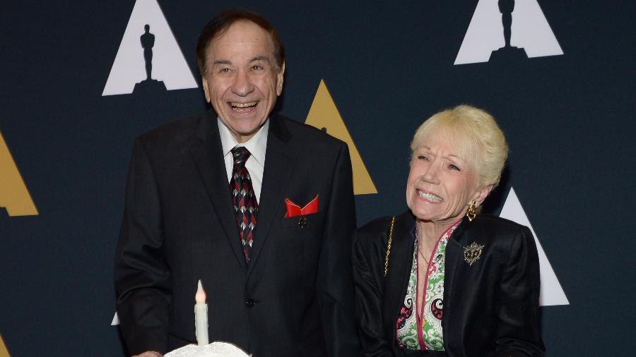 O compositor Richard M. Sherman ao lado de sua mulher Elizabeth é homenageado pela Academia de Cinema americana - Tara Ziemba/AFP