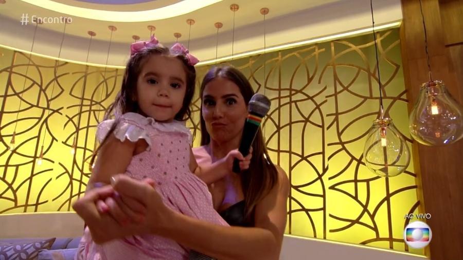 """Deborah Secco dança com a filha, Maria Flor, no """"Encontro"""" - Reprodução/TV Globo"""