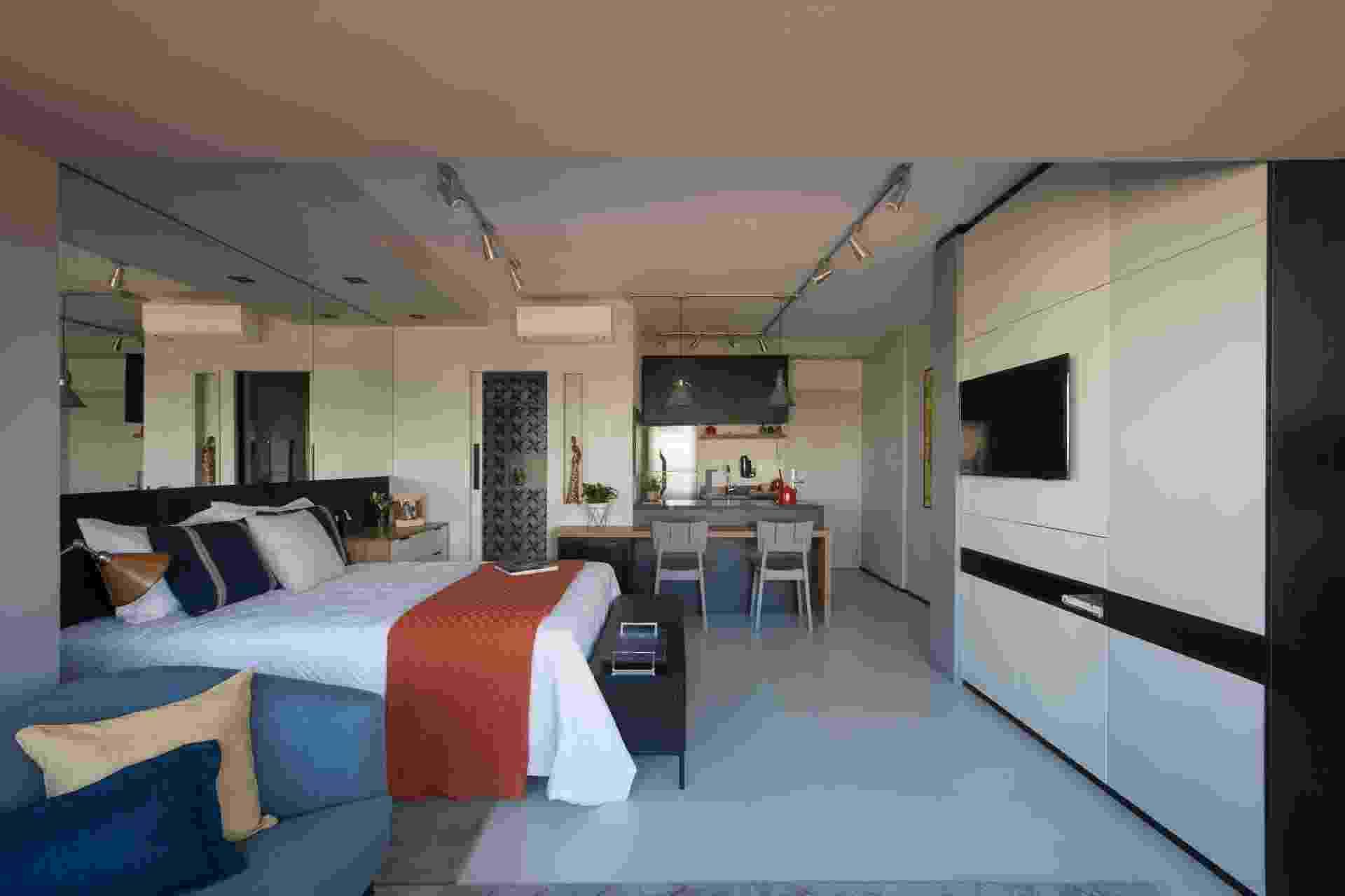 Localizado em São Paulo, este apartamento de 39 m² foi projetado pela arquiteta Vinícia Brandão para ser um imóvel funcional e contemporâneo, com um toque industrial, visto nos trilhos do teto, cimento queimado e tijolinhos - Carolina Mossim/ Divulgação