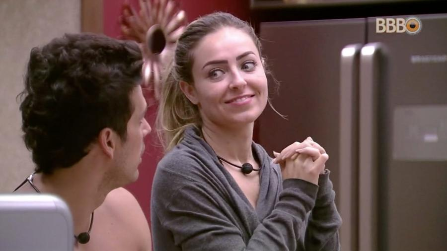"Maycon e Paula conversam na cozinha do ""BBB19"" - Reprodução/GloboPlay"