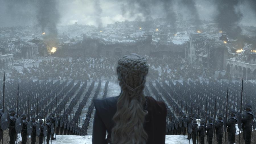 """Emilia Clarke como Daenerys no episódio final de """"Game of Thrones"""" - Divulgação"""