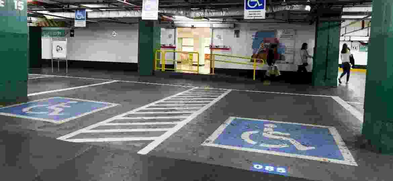 Pessoas com deficiência podem ter direito a vaga especial de estacionamento e não pagam certos impostos na compra de um veículo - Rubens Cavallari/Folhapress