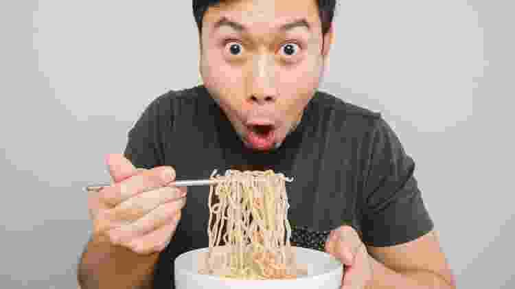 Comendo lámen no Japão, gastronomia japonesa - sevendeman/Getty Images/iStockphoto - sevendeman/Getty Images/iStockphoto