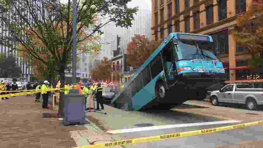Ônibus é engolido por cratera em Pittsburgh - Divulgação