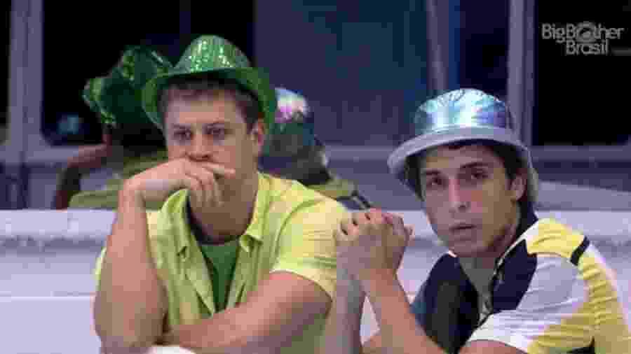 Lucas e Felipe cochicham na cozinha - Reprodução/Globoplay