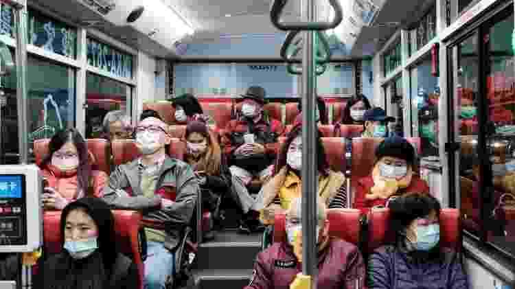 As taxas de mortalidade permaneceram baixas em países que reabriram, mas ainda usam máscaras - Getty Images - Getty Images