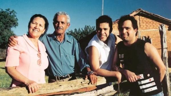 Dona Helena, seu Francisco Camargo, Zezé e Luciano; pai dos cantores morreu hoje