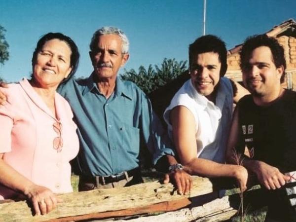 Dona Helena, seu Francisco Camargo, Zezé e Luciano; pai dos casntores morreu hoje