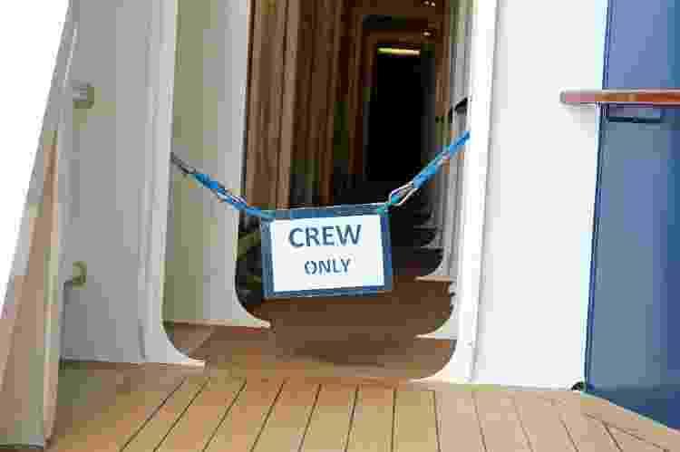 Placa delimita área onde ficam os funcionários dos navios de cruzeiro - Getty Images/iStockphoto - Getty Images/iStockphoto
