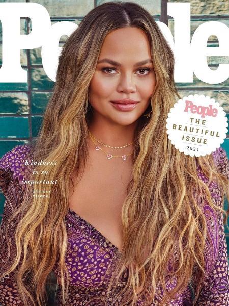 Chrissy Teigen na capa da revista People - Reprodução/Instagram