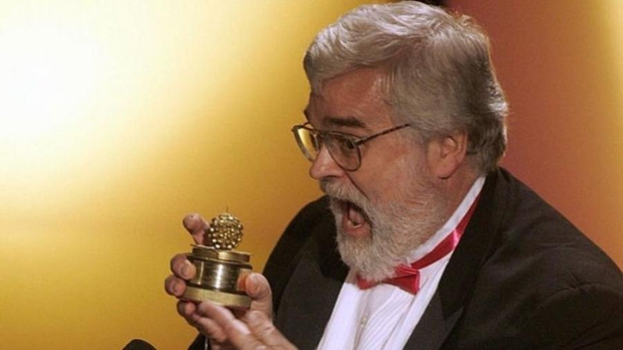 John JB Wilson, cocriador do Framboesa de Ouro, ostenta a estatueta da premiação - GETTY IMAGES