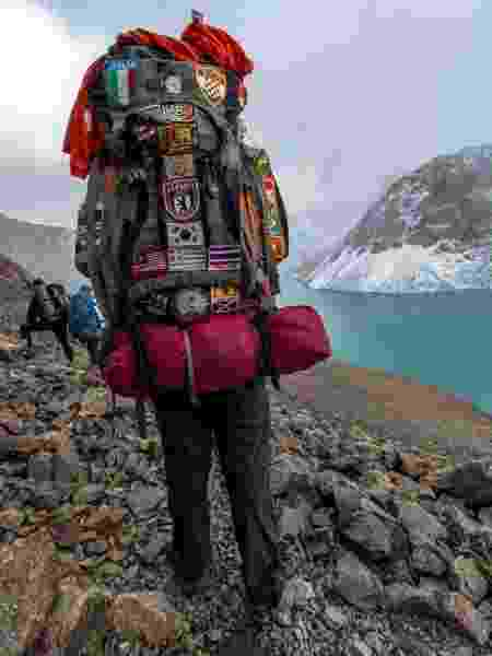 No Quirguistão, com a mochila forrada de patches dos lugares pelos quais passou - Arquivo pessoal - Arquivo pessoal