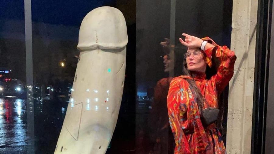 Demi Moore posa ao lado de arte fálica em museu em Paris - Reprodução/Instagram