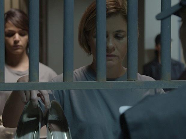 Inês é presa após se descontrolar na delegacia e tentar estrangular Beatriz