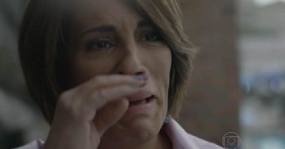 28.ago.2015 - Beatriz (Gloria Pires) chora ao ver Diogo (Thiago Martins) se apresentar em competição de saltos ornamentais