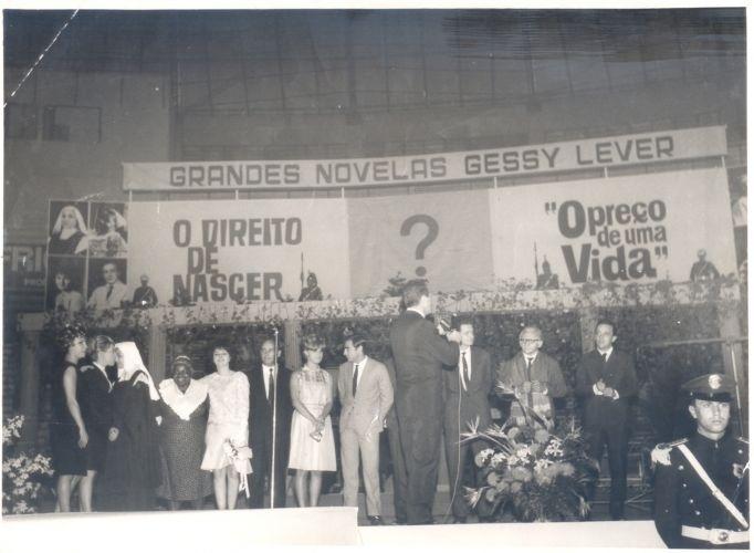 """Festa de encerramento da novela """"O Direito de Nascer"""", que acabou em agosto de 1965. Essa foi a primeira novela diária de grande sucesso exibida no Brasil. A comemoração, que já anunciava a próxima novela, """"O Preço de uma Vida"""", teve a participação do público e aconteceu no Maracanãzinho, no Rio de Janeiro"""