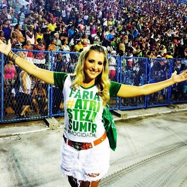 06.01.2016 - A cantora capixaba Juliana Pagung mora no Rio de Janeiro há 12 anos e entrou no samba por acaso, acompanhando a prima que era rainha de bateria. Em 2008 foi convidada para fazer parte do carro de som da Mocidade e lá permaneceu até o último Carnaval. Em 2016 ela não desfilará na verde e branco por causa do lançamento de seu primeiro CD