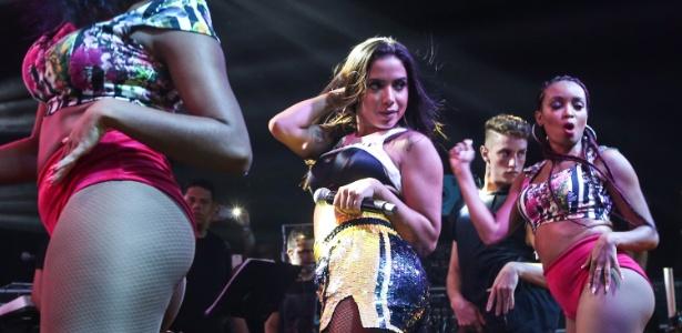 Anitta sobe ao palco para o ensaio do Bloco das Poderosas