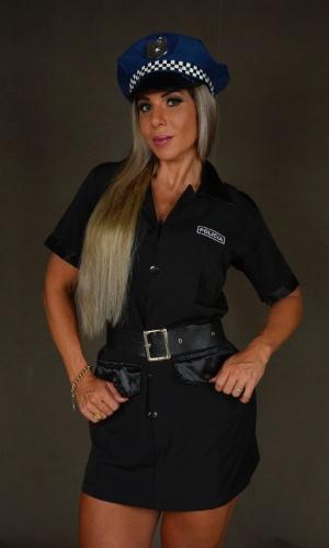 A fantasia de policial é um das mais pedidas e procuradas na loja Festas Mix. Acompanhado do vestido preto, o cinto da mesma cor serve para marcar a cintura. O preço do figurino está na casa dos R$ 110,00