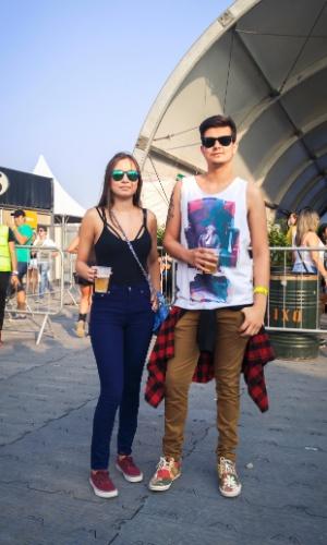 23.jan.2016 - O casal Camila Paiva, 25, estudante e Thiago Sindeaux, 27, diretor de arte, escolheram um look jovem para curtir a noite no CarnaUOL, que acontece no Urban Stage, em São Paulo.
