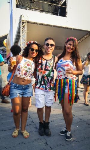 23.jan.2016 - Os amigos Simone Lopes do Santos, 29, publicitária, Dennys Nascimento, 25, bancário, e Camilla Prado, 28, publicitária, escolheram roupas coloridas e jovens para aproveitar a noite no CarnaUOL, que acontece no Urban Stage, em São Paulo.