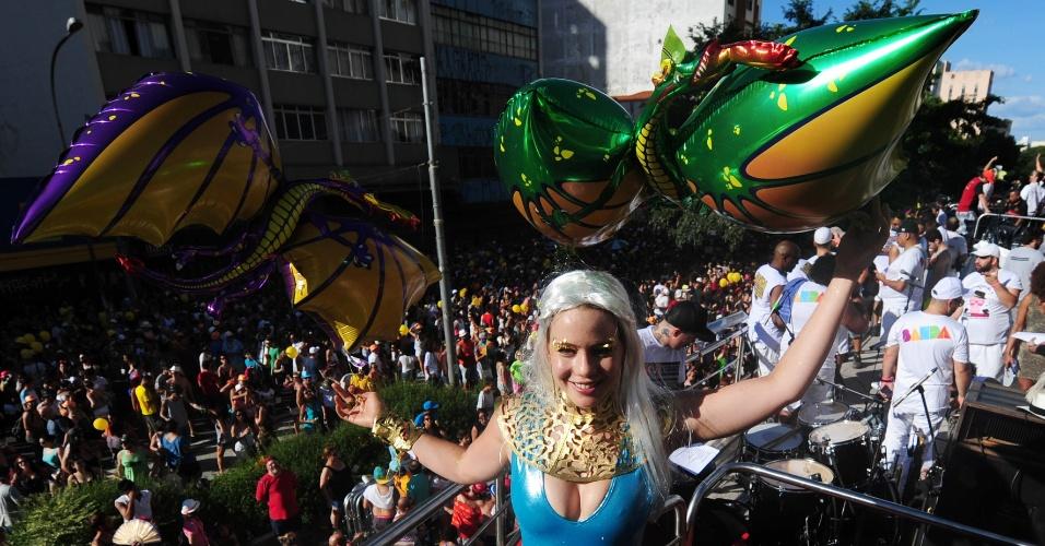 31.jan.2016 - Fantasiada de Khaleesi, da série de TV Game Of Thrones, a atriz Leandra Leal curte o bloco Acadêmicos do Baixo Augusta, em São Paulo.