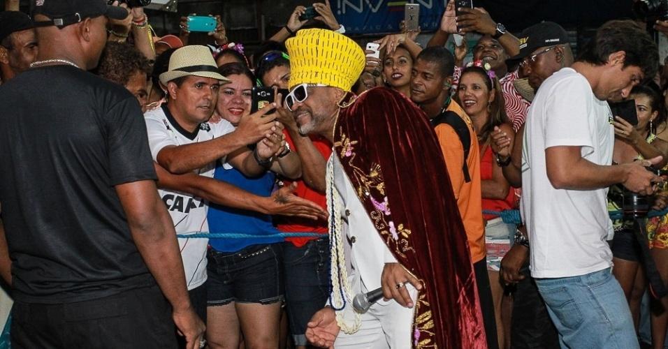 3.fev.2015 - Carlinhos Brown é tietado por fãs na abertura oficial do Carnaval de Salvador