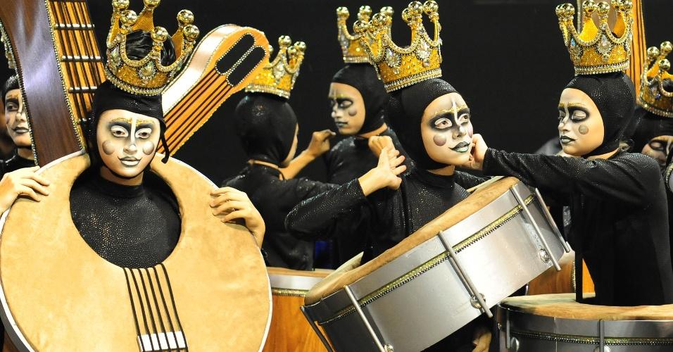 6.fev.2016 - A comissão de frente da Unidos do Peruche trouxe integrantes representando instrumentos musicais que fazem o samba.