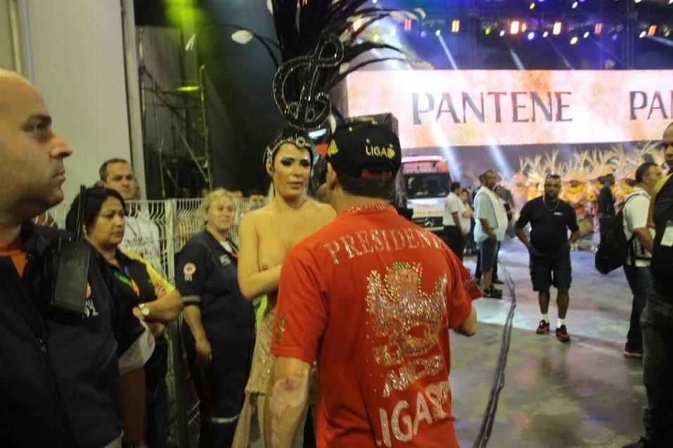 6.fev.2015 - Revoltada por não poder usar o tapa-sexo, Ju Isen tira fantasia deixando os seios à mostra